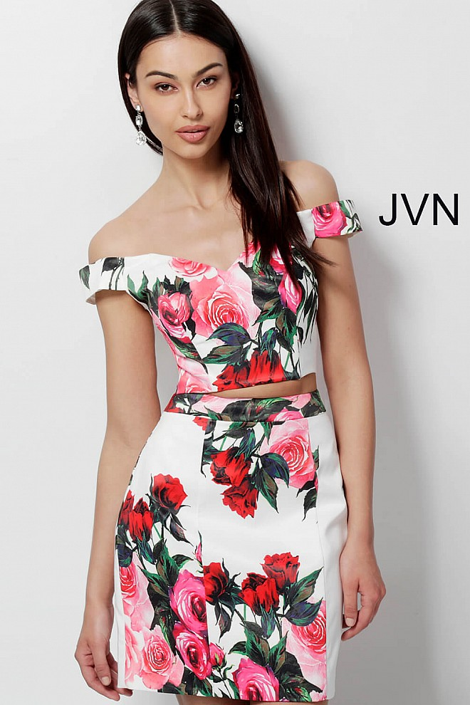 89596bfffd7 White print short fitted off the shoulder sweetheart neck dress.